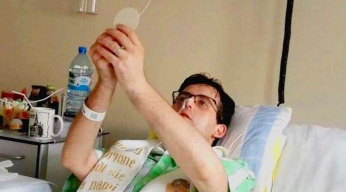 Jovem ordenado sacerdote em cama de hospital celebrou sua primeira Missa