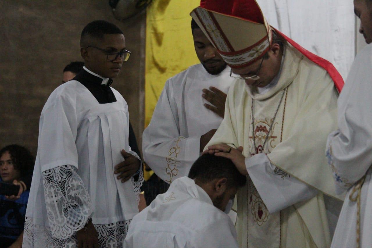 """Dom Evaldo Carvalho, preside a ordenação diaconal de Francinaldo Silva """"o neo diácono"""" da Paróquia de Nossa Senhora de Nazaré"""