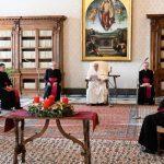 O Papa: a oração é o nosso coração, quem não ama, faz de conta de rezar