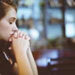 É preciso rezar com humildade, a oração não faz mágicas, afirma o Papa